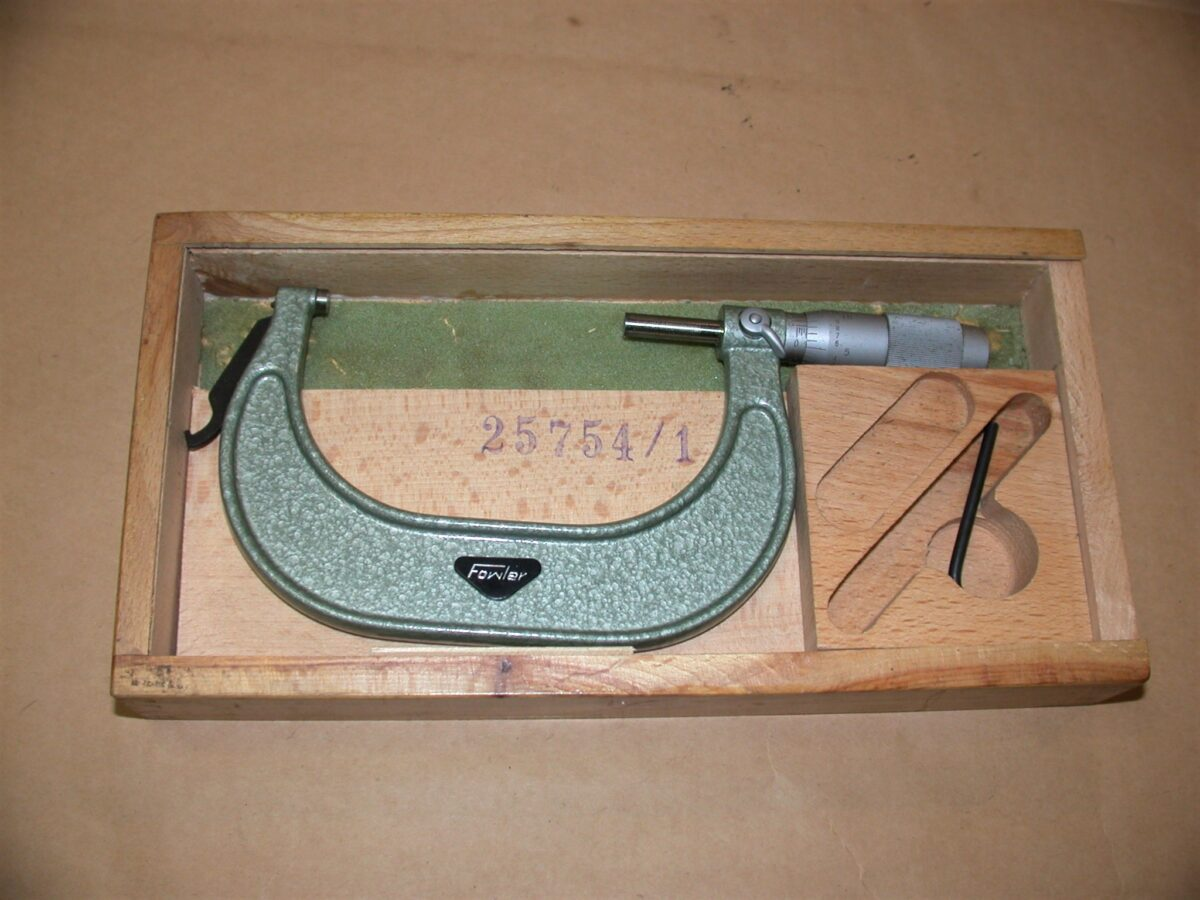 """Fowler 3"""" - 4"""" Micrometer with Case, 80212734"""